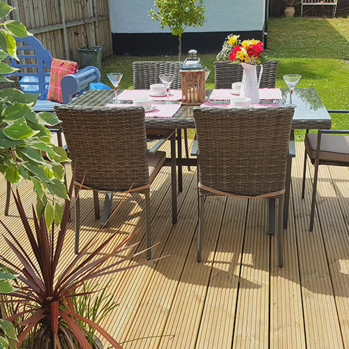Garden room outside dinning table